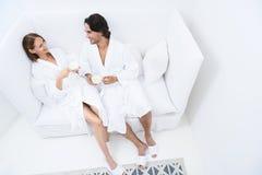 Couples mûrs détendant ensemble à la station thermale de jour photographie stock libre de droits