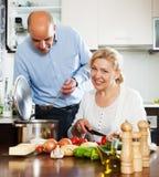 Couples mûrs d'Ordatary faisant cuire la nourriture saine Photos stock
