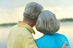Couples mûrs dans l'amour au coucher du soleil Photos stock