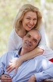 Couples mûrs dans l'amour extérieur Photo libre de droits