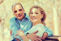 Couples mûrs dans l'amour extérieur Photo stock