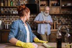 Couples mûrs dans la cuisine Image stock