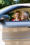 Couples mûrs dans la voiture Images libres de droits
