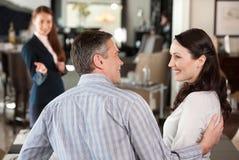 Couples mûrs dans le magasin de meubles. images stock