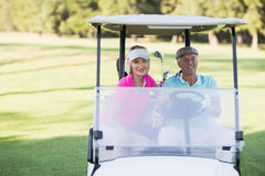 Couples mûrs de golfeur se reposant dans le boguet de golf Image libre de droits