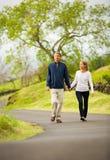 Couples mûrs de Moyen Âge dans la marche d'amour Photographie stock libre de droits
