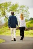 Couples mûrs de Moyen Âge dans la marche d'amour Photos libres de droits