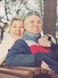 Couples mûrs de sourire détendant en parc Image stock