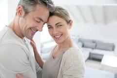 Couples mûrs de sourire sereins dedans à la maison Image libre de droits