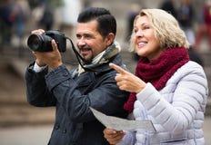 Couples mûrs de touristes extérieurs Photographie stock libre de droits