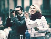 Couples mûrs de touristes extérieurs Photo stock