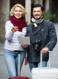 Couples mûrs de touristes extérieurs Photos stock
