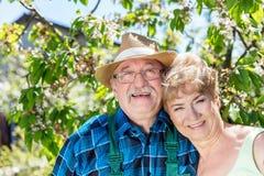 Couples mûrs embrassant le temps ensemble dans le jardin Images stock