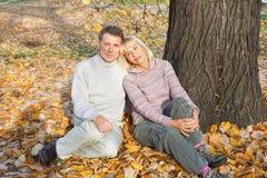 Couples mûrs en parc d'automne Photographie stock
