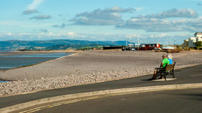 Couples mûrs en plage de Minehead photo libre de droits