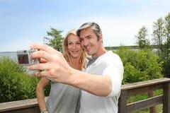 Couples mûrs en vacances prenant un selfie Photo stock