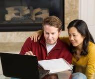 Couples mûrs Enjoy fonctionnant les uns avec les autres à la maison Photo stock