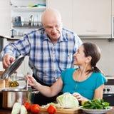 Couples mûrs faisant cuire la nourriture Photo libre de droits