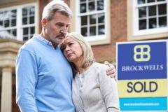 Couples mûrs forcés pour se vendre à la maison par des problèmes financiers Images stock