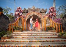 Couples mûrs habillés dans Bali Photos libres de droits