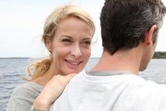 Couples mûrs heureux appréciant la vue de lac Images stock