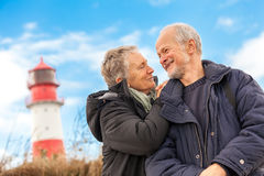 Couples mûrs heureux détendant des dunes de mer baltique images stock