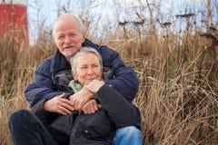 Couples mûrs heureux détendant des dunes de mer baltique photos stock