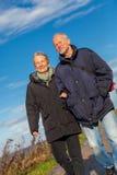 Couples mûrs heureux détendant des dunes de mer baltique photographie stock