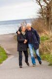 Couples mûrs heureux détendant des dunes de mer baltique photo stock