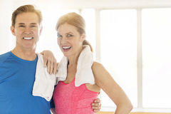 Couples mûrs heureux dans l'habillement de sports à la maison Photographie stock libre de droits