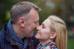 Couples mûrs heureux et dans l'amour dehors Image stock