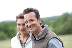 Couples mûrs joyeux marchant dans la campagne Images libres de droits
