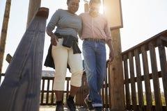 Couples mûrs marchant sur la plate-forme d'observation ensemble Image stock