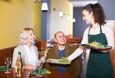 Couples mûrs ordinaires dînant photos libres de droits