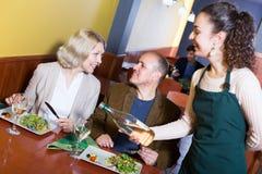Couples mûrs ordinaires dînant images stock