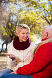 Couples mûrs parlant en parc image libre de droits