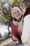 Couples mûrs parlant en parc photo stock