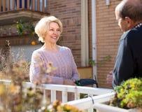 Couples mûrs parlant sur la terrasse Photographie stock