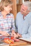 Couples mûrs préparant des légumes Photographie stock libre de droits