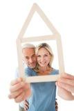 Couples mûrs regardant par le contour de maison Images libres de droits