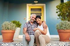 Couples mûrs se reposant sur des étapes en dehors de Chambre Photographie stock libre de droits