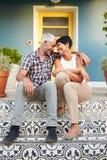 Couples mûrs se reposant sur des étapes en dehors de Chambre Photo stock