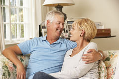 Couples mûrs se reposant sur Sofa At Home Together Image stock