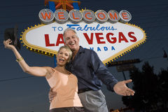 Couples mûrs se tenant contre le signe de « Las Vegas » Photo stock