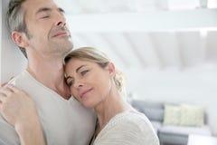 Couples mûrs sereins dans leur nouvelle maison Images libres de droits