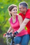 Couples mûrs sur la bicyclette photo libre de droits