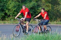 Couples mûrs sur la bicyclette photo stock