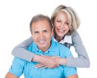 Couples mûrs sur la boule de pilates Images libres de droits