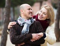 Couples mûrs sur la promenade de ville Photographie stock
