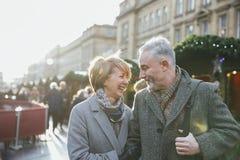 Couples mûrs sur le marché de Noël Images stock